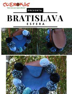 Bratislava el original modelo esfera de Cuerokas para esté otoño. En Marrón chocolate y azul bordeado de pompones, gira cabezas!!