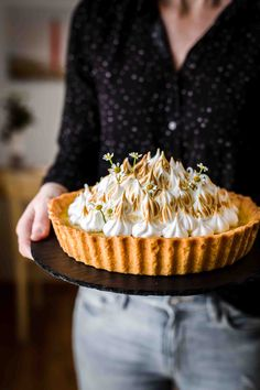 That Lemon Meringue Tart is super creamy, tangy, and sweet. Lemon Meringue Tart Recipe by Also The Crumbs Please # tart That Lemon Meringue Tart is super creamy, tangy, and sweet. Lemon Meringue Tart Recipe by Also The Crumbs Please # tart Lemon Desserts, Köstliche Desserts, Delicious Desserts, Dessert Recipes, Plated Desserts, Sweet Pie, Sweet Tarts, Tart Recipes, Sweet Recipes
