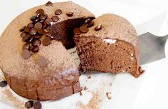 Es una tarta impresionante. No sólo porque es fácil de hacer, también porque se ve deliciosa y tiene buena pinta. Ingredientes: + 3 huevos, + 120 gramos de chocolate, + 120 gramos de queso crema. // Cómo hacerla: + Separa la yema y la clara de huevo. Pon plástico por encima de la clar
