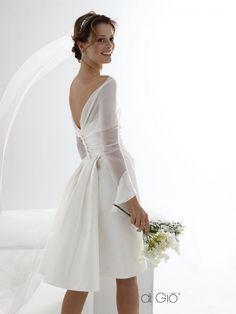 CR 05 | Abito corto a tubino con strascico leggero in taffetà di seta con bolerino staccabile in chiffon. | #lesposedigio #weddingdress #madeinitaly #bridaldress | www.lesposedigio.com