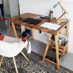 This wood pallet idea of the study table or laptop table is all favoring out the presence of the creation set which you can perfectly settle out in your study room areas. This creation involvement is basically set with the wood pallet table effects where a shading view of the artistic designing is carried out.