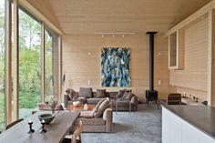 Vardagsrum med fantastisk takhöjd, panoramavy och kamin