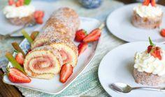 Rulltårta med rabarber och jordgubbar, försommarens godaste! Perfekt att göra en liten bakelse av!