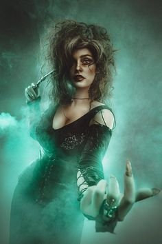 Bellatrix Lestrange from Harry Potter and the Order of the Phoenix Cosplayer: Alystrin Cosplay Photographer: Rebeca Saray Harry Potter Cosplay, Harry Potter Cast, Harry Potter Fan Art, Harry Potter Characters, Harry Potter Memes, Belatrix Lestrange, Dark Harry, Harry Potter Bellatrix Lestrange, Wand Tattoo