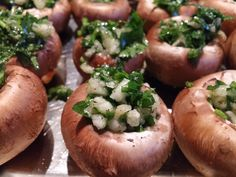 Champignons met knoflook en peterselie. Lekker als voorgerecht, tapas of als sidekick bij een lekker stukje vlees of vis.