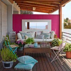 Terraza con zona de estar y pared pintada fucsia