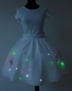 The skirt blinks randomly when it gets dark. To see the skirt in action visit: http://collarandlapel.com/category/rock/lilypad-arduino-led-rock-lilypa...