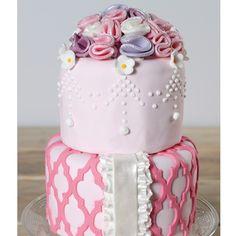 Met de Marvelous Mold kun je deze prachtige roze taart met krullen maken! Uitermate geschikt als onderdeel van een sweet table, maar natuurlijk ook als verjaardagstaart.