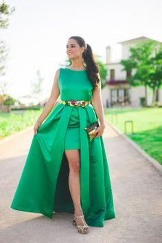 Look invitada boda de tarde noche con vestido largo verde esmeralda Jorge de la Rosa green emerald wedding dress cinturon de flores floral belt…