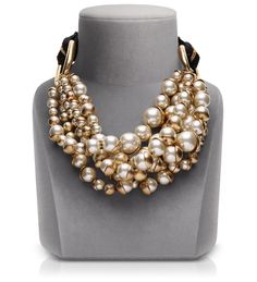 MISE EN DIOR.... look at this dior necklace is not just a detail!