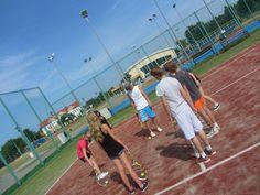 Zajęcia z instruktorem tenisa odbywają się na różnych poziomach zaawansowania w grupach max. 6 osobowych.  #sport #tenis #obózsportowy #obóztenisowy