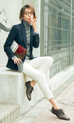 「ピンストライプのジャケット、ストライプシャツ、細身パンツと、縦ラインを意識した着こなし。そのため、着込んでいてもすっきりした印象に。ニットからシャツを少しだけ出すのがおしゃれに見えるポイントですが、出しすぎるとだらしなくなるので要注意。洋服はベーシックアイテムばかりなので、クラッチバッグやレースアップシューズなどトレンド小物を合わせて鮮度をアップして」