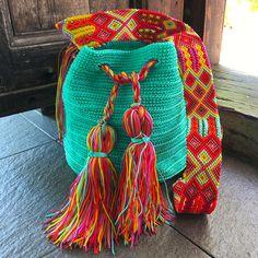 DESCRIPCION Este hermoso Morral tejido a mano por Artesanos Mexicanos en zona Maya, es unico y diseño exclusivo de Otomiartesanal, quien para su creación se ha inspirado en la idea original de la bella bolsa Wayuu de Colombia y Venezuela. El increíble diseño del Tejido de su Asa es Crochet Pencil Case, Mexican Crafts, Tapestry Crochet, Textiles, Embroidery Techniques, Design Crafts, Hand Knitting, Weaving, Bucket Bag