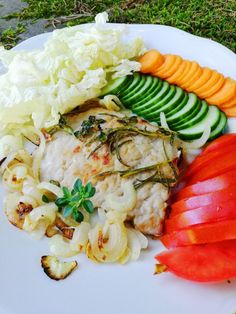 Recept: 1 kotleta bez kosti1/2 cibule1 lžička olejerajčesalátová okurkačínské zelímrkevsůl, tymián a rozmarýn 289 kcal33,7 Cobb Salad, Food, Meal, Essen, Hoods, Meals, Eten