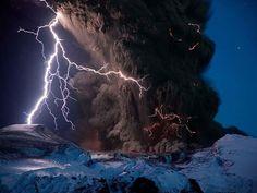 Fulmine vulcanico: Conosciuto anche come un temporale sporco, questo è un fenomeno meteorologico che si verifica quando un fulmine è prodotto in un pennacchio vulcanico.