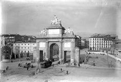 Hubo un tiempo en el que el tranvía pasaba por el arco central de la Puerta de Toledo