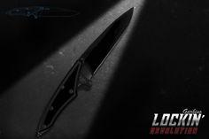Repiks SRLS - Milano - Italy Peso: g. 370 Lungh. Tot. (mm): 320 Lungh. Lama (mm): 180 Spess. Lama (mm): 4.8 Weight oz.: 13,05 Total length (in): 12.59 Blade Length (in): 7,08 Blade thickness (in): 0,19 Lama: Acciaio Niolox HRC 60 Finitura Lama: Sabbiatura – trattamento DLC Lama: Molatura concava r125 con falso controfilo Materiale meccanismo: Ti6Al4v Impugnatura: Grigio antracite Guancette: Materiale composito ad elevate prestazioni Viteria: Torx M3 in acciaio cementato, nichelatura nera