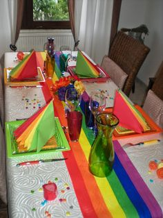 """Une sympathique table """"arc en ciel""""   Déco à thèmes Nappe blanche chemin de table arc en ciel bougies, boules de ficelle marque place citron ou pâte-à-modeler"""
