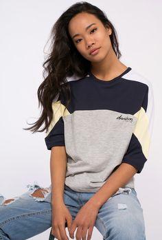 "Camiseta mujer manga 3/4 Logo posicional ""Downtown Kaotiko"" Color: Marino, amarillo, gris, blanco. 50% algodón 50% poliester."