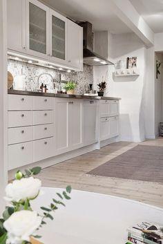 cladding kitchen mosaic decoration gray and white decoration Nordic living rooms Nordic decoration decoration Nordic Kitchen Styling, Kitchen Decor, Kitchen Design, Home Interior, Interior Decorating, Nordic Living Room, Living Rooms, Kitchen Mosaic, White Decor