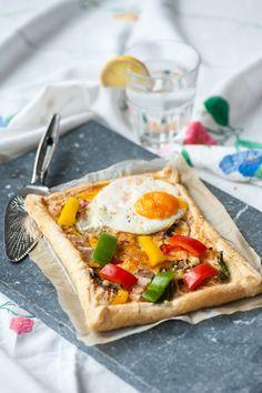 Plaattaart met spiegelei en ontbijtspek