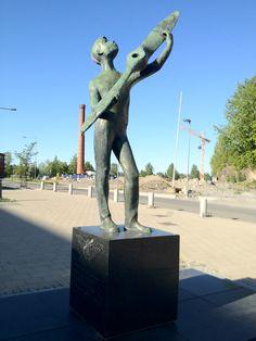 Potkuripoika - Unto Hietanen (1961). Lentäjänpuistossa Härmälässä seisoo graniittijalustalla ylväs nuori poika, joka kannattelee käsillään lentokoneen potkuria.