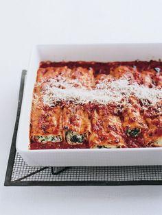 Spenat- och ricottacanneloni.  Feta- och zucchinibiffar med yoghurtsås.  Jordgubbar och dansk sommarkräm. Bönhummus med grillad paprika. Fajitas med svarta bönor och guacamole. Translation: five veget