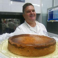 Fue uno de los productos estrella de la pastelería La Camelia, la confitería más famosa de Cádiz en la segunda mitad del siglo XX. Uno de sus maestros paste Apple Recipes, Sweet Recipes, Cake Recipes, Sweets Cake, Cupcake Cakes, Cupcakes, Sweet Desserts, Delicious Desserts, Queen Cakes