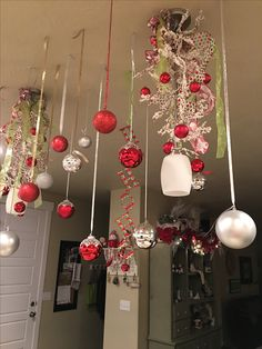 21 Great Ways To Decorate Your Home With Christmas Ornaments 18 – The Best DIY Outdoor Christmas Decor Ribbon On Christmas Tree, Christmas Room, Christmas Ornament Crafts, Simple Christmas, Beautiful Christmas, Christmas Holidays, Christmas Wreaths, Christmas Chandelier Decor, Office Christmas Decorations