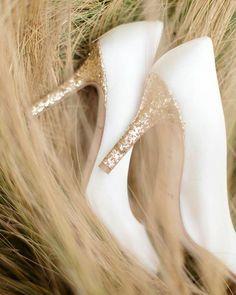 E aí você ousaria em sapatos de sola colorida? O salto dourado combina com casamentos românticos e clássicos#noiva #bride #shoes #sapatodenoiva #ceub #casaréumbarato #casamento #wedding