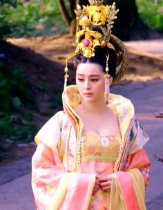 Fan Bingbing in 'Empress of China'. Historical Costume, Historical Clothing, Geisha, Chinese Bridge, The Empress Of China, Fan Bingbing, Fan Picture, Kimono, Fantasy Dress