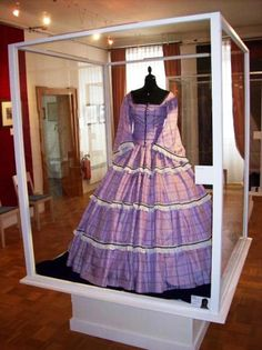 Look at this case. Here is a high crinoline era day dress worn by Sissi (Empress Elisabeth of Austria) with flounces and pagoda sleeves devoid of filling provided by a chemise. 1800s Fashion, Victorian Fashion, Vintage Fashion, Vintage Outfits, Vintage Gowns, Historical Costume, Historical Clothing, Victorian Gown, Civil War Dress