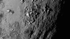 Uusi lähikuva Plutosta paljastaa jättiyllätyksen: kääpiöplaneetan pinnalla on vuoria.  Copyright: NASA. Kuva: NASA.