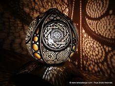 Lampe Alissa Calebasse du Sénégal Dimension : 18,5cm et 19,2 cm Teinté et vernis Eclairage LED 20W Support en racine de Tek, teinté et ciré. Août 2017