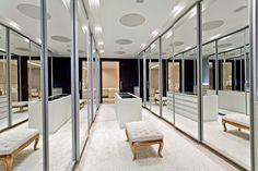 Guarda roupas/closets com portas espelhadas - veja lindos quartos decorados com essa tendência!