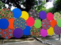 Casa Florida, Casa Com Chita! | Rainbow Decorations, Backdrop Decorations, Backdrops, Wedding Decorations, Diy And Crafts, Paper Crafts, Paper Rosettes, Wedding Stage, Outdoor Art