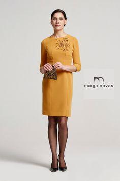 ¿No sabes qué ponerte para las comidas y cenas familiares que se avecinan? Desde Marga Novas te proponemos este elegante vestido en tono mostaza y con detalle bordado en el pecho. Acertarás seguro!