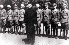 El lider indio evolucionario de izquierdas Subhas Chandra Bose junto a miembros de la Azad Hindi
