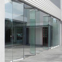 Sistema plegable colgante para puertas de vidrio de hasta 80 kg. La conexión de los paños de vidrio al carro y entre si, se realiza mediante mordazas a presión, sin necesidad de mecanizado y ocultando el herraje. Guía inferior con rodamiento y regulación de altura.