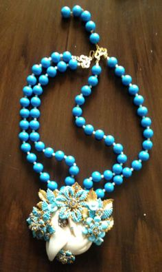 Stanley-Hagler-Rare-Turquoise-colored-glass-beads-and-bakelite-swan-Necklace