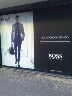 Een grote reclame die opvalt, als je er langs loopt. Bij twijfel wordt je de winkel binnen gelokt.