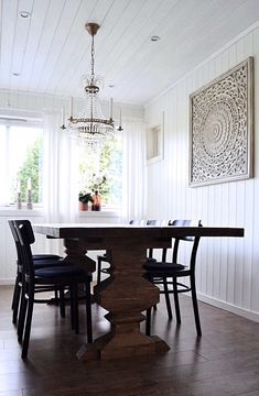 Selvdesignet spisebord, spisestue, bord, design, lysekrone, landlig interiør, ikea idolf stoler, self-designed dining table, dining room, chandelier, country house, interior Hanging Canvas, Ikea Furniture, Dining Bench, Minimalism, Art Pieces, Gallery Wall, Layout, Chair, House