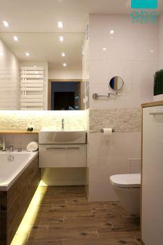 Świetlista biel, drewno, kamienie. Nietypowa umywalka od Art Ceram i dębowy blat zwieńczają całość. Małe domowe spa :)
