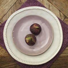 Ljunglila handgjord assiett och rustik tallrik med pärlrand, allt från Lots Living.  www.dukat.se/... www.dukat.se/...