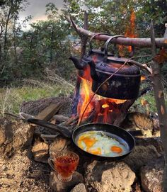 Nothing tastes better than campfire cooking! The hunger you feel after a day hik. Bushcraft Camping, Camping Survival, Camping Life, Camping Meals, Camping Hacks, Fire Cooking, Outdoor Cooking, 17 Kpop, Campfire Food