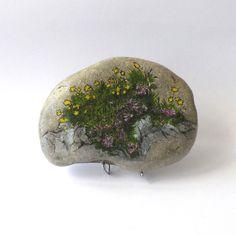 Peinture sur galet, fleurs de montagne