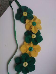 Colar flores de feltro verde e amarelo Em clima de Copa no Brasil