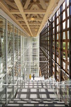 El último premio Pritzker, Shigeru Ban, ha inaugurado recientemente su Museo de Arte en Aspen, Colorado. El volumen, un prisma de hormigón, acero y vidrio remite, sin embargo, al mundo artesano de la cestería y a la imperfección de lo hecho a mano gracias a una piel