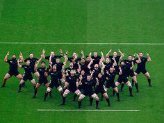 2015年10月27日-英国伦敦,2015年橄榄球世界杯半决赛在南非与新西兰之间展开,新西兰队在做赛前热身。摄影师:Phil Walter (分享自@iWeekly周末画报)