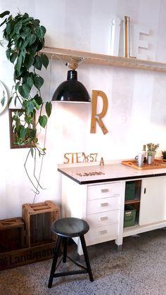 #Plants #Pflanzen #grün #gold #white #Urban #vintagefurniture #buchstaben #styling #Interior #gemütlich #Industrial Style